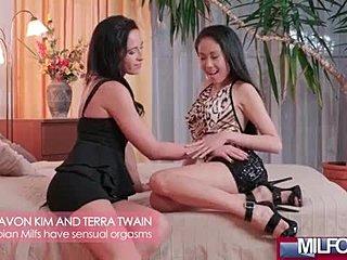 Lesbianj sexu lickinh together