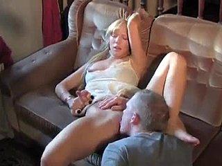 Teen robí jej kundu striekať