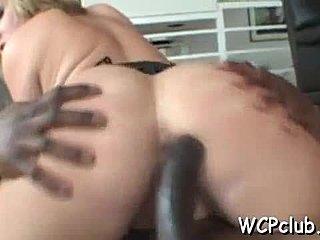 Busty κορίτσι δίνει πίπα